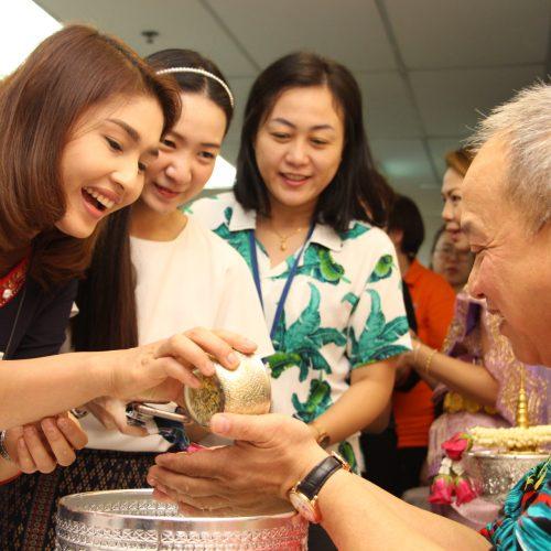พิธีรดน้ำขอพร … เทศกาลสงกรานต์ ปีใหม่ไทย ๒๕๖๑